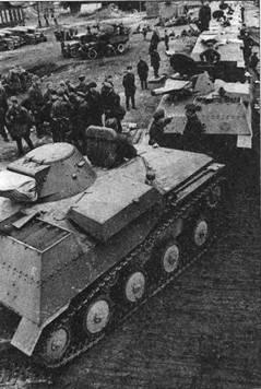 Погрузка танков Т-40С на железнодорожные платформы. На переднем плане видна радиофицированная версия подобной боевой машины. Московская область, 109 тд, август 1941 года.