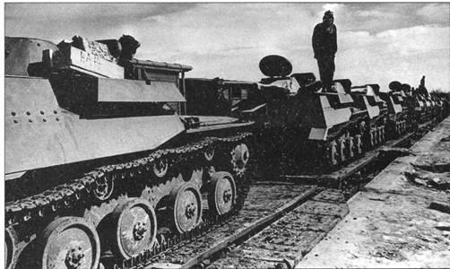 Танки Т-40С на платформе воинского эшелона 109 тд. Окрестности Москвы, август 1941 года.