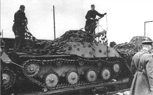 Экипажи танков Т-40С прикрывают свои боевые машины маскировочной сеткой. Московская область, 109 тд, август 1941 года.