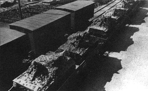 Рядом с танками Т-40С, которые укрыты брезентом и маскировочными сетями, находится другая техника 109 тд- гусеничные тягачи С-2, автомобили ГАЗ-64 и ГАЗ-АА. Московская область, август 1941 года.