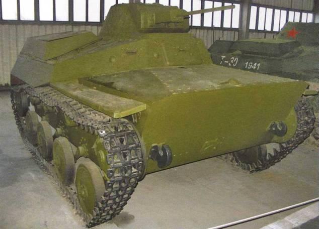Легкий танк Т-40С в различных ракурсах. Представлена фактически опытная машина с 20-мм пушкой ТНШ и 7,62-мм пулеметом ДТ. На подавляющее большинство серийных танков этой модификации монтировался только 12,7-мм крупнокалиберный пулемет ДШК с 7,62-мм пулеметом ДТ.