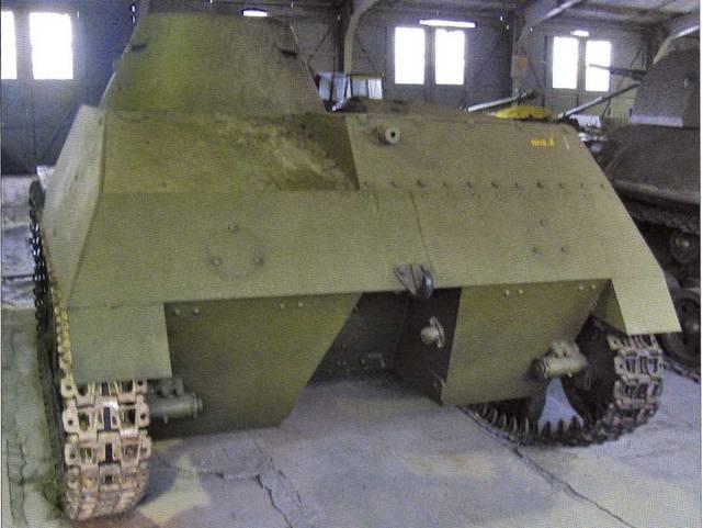 Кормовая часть легкого танка T-40C. Несмотря на то, что ниша для водоходного оборудования осталась, винто-моторная группа и рули для управления подобным танком при движении на воде уже не устанавливались.