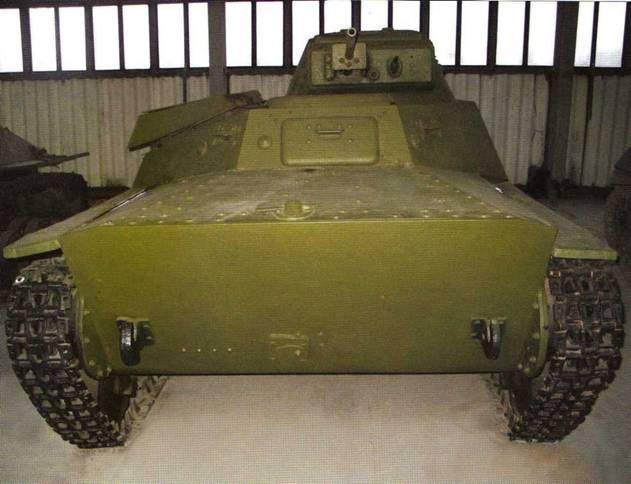 Легкий танк Т-40С. Виды на башню и переднюю часть легкой боевой машины. Волноотбойник, являющийся необходимой частью водоходного оборудования Т-40, также отсутствует.