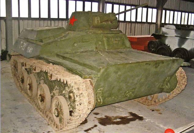 Общие виды легкого танка Т-30. Эта машина штатно вооружена 20-мм пушкой ТНШ и 7,62-мм пулеметом ДТ. Опорные катки и ленивец на представленном образце литые.