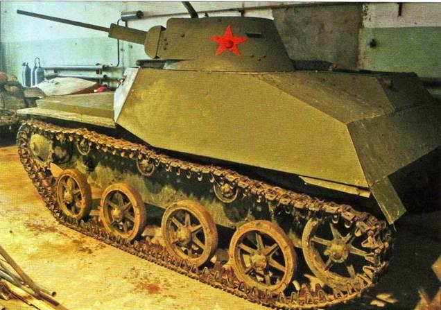 Легкий танк Т-30, находящийся в служебном помещении музея после демонстрационного марша. Боевая машина еще не помыта, поэтому ходовая часть танка несколько загрязнена.