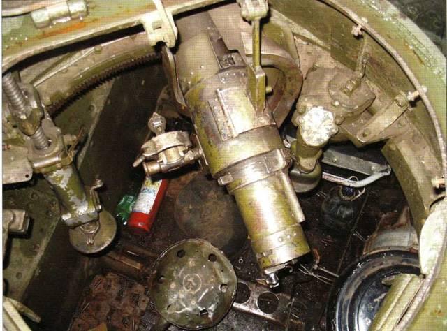 Вид из люка на открытую башню танка Т-30. Просматриваются элементы казенной части артсистемы и другое оборудование боевой машины.