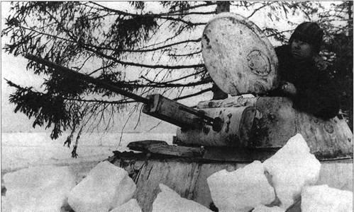 Танк Т-30, замаскированный снежными глыбами, в ожидании вражеского наступления.