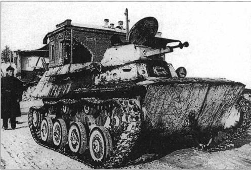 Пехотинцы Красной Армии и легкий танк Т-40С, снятые в освобожденном Юхнове. Калужская область, декабрь 1941 года.
