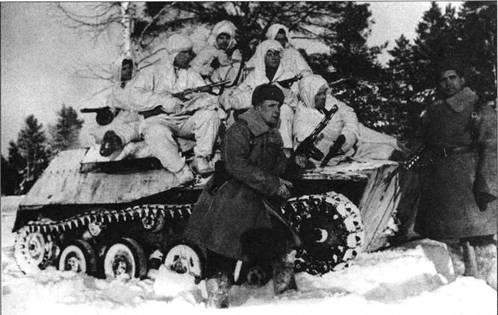 Группа разведчиков при поддержке танков Т-40С разворачивается в боевой порядок. Западный фронт, 5-я армия, январь 1942 года.