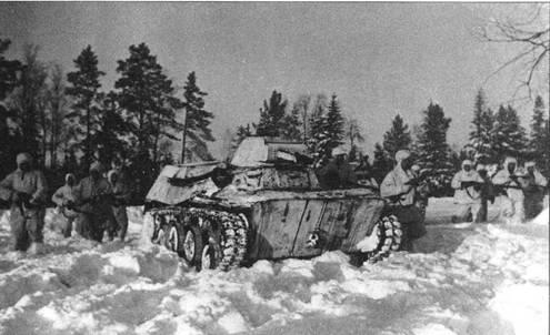 Атака началась! Гоуппа разведчиков в маскхалатах при поддержке танков Т-40С атакует позиции немецких войск. Западный фронт, 5-я армия, январь 1942 года.