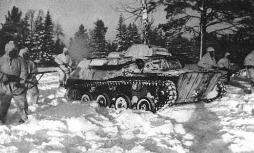 Продвижение нашей пехоты и танков проходит по глубокому снегу. Такие условия были предельны для легких танков модели Т-40. Западный фронт, 5-я армия, январь 1942 года.