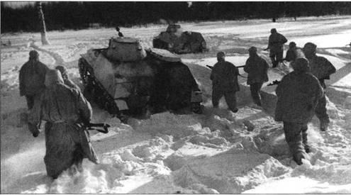 Проведение разведки боем. Танки Т-40С и группа пехотинцев сняты сзади. Видно, что ниша для винта и руля у боевых машин есть, но водоходное оборудование отсутствует. Западный фронт, 5-я армия, январь 1942 года.