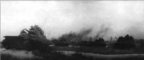 Легкие танки Т-40С и Т-38 из состава подразделения майора В. Колотия на исходном рубеже для атаки. Советско- германский фронт, 1942 год.