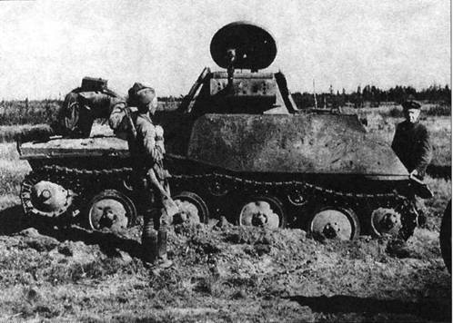 Красноармейцы после освобождения временно оккупированной немцами территории осматривают подбитый в начале войны и оставленный танк Т-40. Волховский фронт, Синявино, сентябрь 1942 года.
