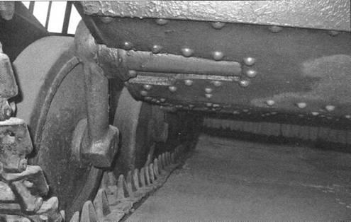 Виды опорных катков танка Т-40. На одном из снимков хорошо различимы конструкции торсионов подвески ходовой части.