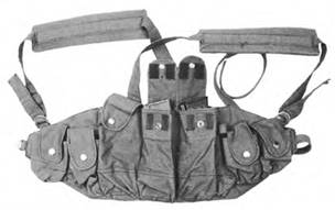 Нагрудный подсумок для магазинов от автоматов Калашникова АКМ/АК74 выпуска 1986–1989гг. Подобные подсумки использовались в качестве штатного снаряжения советских военнослужащих ОКСВЛ в Афганистане.