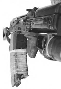 Спаренные магазины емкостью 30 патронов 5,45-мм автомата Калашникова АКС74.