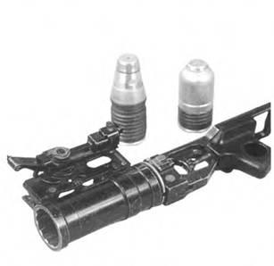 Подствольный гранатомет ГП-25 «Костер» и осколочные выстрелы ВОГ-25П (слева) и ВОГ-25 (справа).