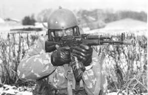 Стрелок ведет прицельную стрельбу из 5,45-мм автомата Калашникова АК-74М.
