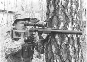 Снайпер с 9-мм винтовкой ВСС, оснащенной ночным прицелом МБНП-1.
