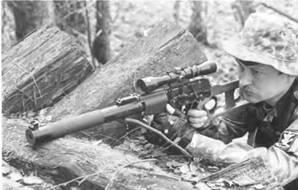 Снайпер ведет стрельбу из 9-мм винтовки ВСС с оптическим прицелом ПО 4x34.