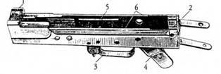 Штампованная ствольная коробка 7,62-мм автомата АК (выпуска 1949–1951гг.): 1 — вкладыш; 2 — затыльник; 3 — спусковая скоба; 4 — основание рукоятки; 5 — правый угольник; 6 — полочки.