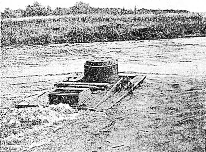 Танки Красной армии. Танк-амфибия переплывает реку
