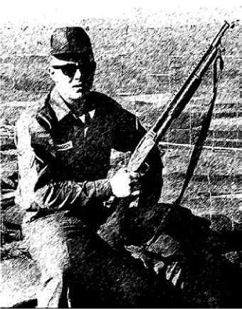 Военнослужащий американской армии с ружьем Mossberg 500 во Вьетнаме.