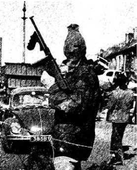 Боец Ирландской республиканской армии, вооруженный Thompson M1921.