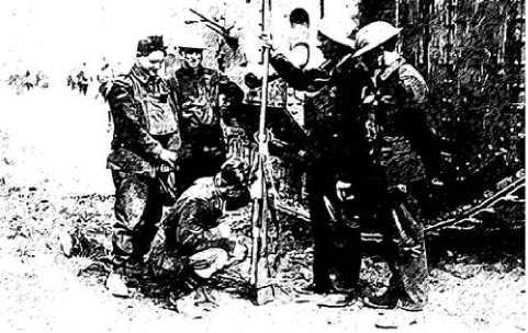 Британские солдаты осматривают трофейное противотанковое ружье Mauser Tankgewehr 1918.