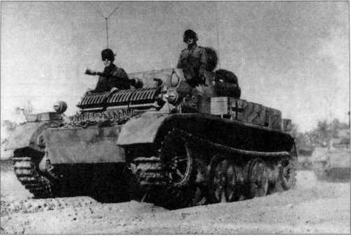 Легкий танк Pz.Kpfw.II Ausf.L «Лухс» из 4-й танковой дивизии на марше. Эта машина имеет дополнительный броневой лист и отсекатель осколков в передней части корпуса. Тактический номер танка — «12». Советско-германский фронт, осень 1943 года.