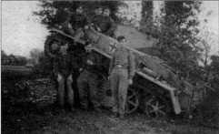 Снимки легких танков Pz.Kpfw.I Ausf.C во время проведения учений. Одна из машин, боевая — камуфлированная, другая — из 58-го резервного танкового корпуса, она окрашена в желтый цвет Dunkel Gelb. Территория Германии, 1943 год.
