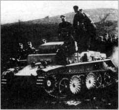Офицеры вермахта и войск СС осматривают легкий аэромобильный танк Pz.Kpfw.I Ausf.C. Голландия, 103-й отдельный батальон тяжелых танков СС, весна 1944 года.