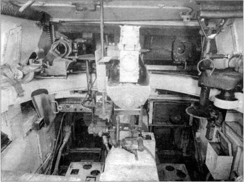 Снимок боевого отделения легкого танка «Лухс», вид на переднюю часть башни. Справа виден поворотный механизм башни, в центре — казенная часть 20-мм пушки, слева — кронштейн крепления пулемета.