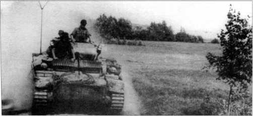 Разведывательный танк Pz.Kpfw.II Ausf.L на марше. Машина окрашена в базовый желтый цвет Dunkel Gelb с зелеными пятнами. Советско-германский фронт, 4 тд вермахта, осень 1943 года.