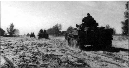 Колонна легких «Лухсов». Сразу видно, что это машины для Восточного фронта — на корпусе виднеются отсекатели осколков оригинальной конструкции и дополнительный лобовой бронелист толщиной 20 мм. 4-я <a href='https://arsenal-info.ru/b/book/1627328415/38' target='_self'>танковая дивизия</a>, осень 1943 года.