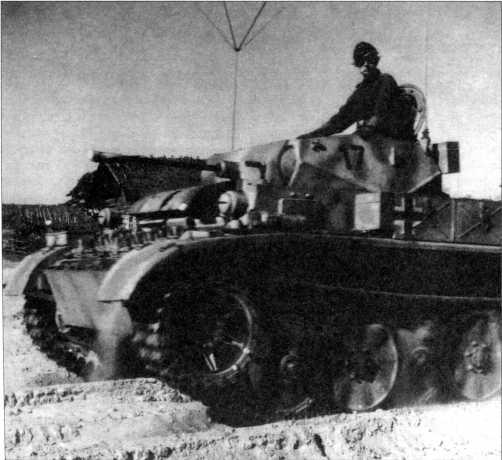 Легкие танки Pz.Kpfw.II Ausf.L «Лухс» из 4-го разведбатальона совершают передислокацию на местности. Верхняя машина с тактическим номером «14» черного цвета — скорее всего командирская. Нижний танк имеет номер «17». Советско- германский фронт, 4 тд, осень 1943 года.