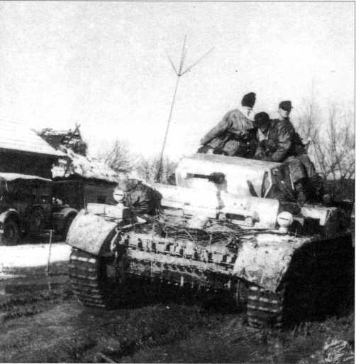 Даже имея широкие гусеницы, танки типа «Лухс» с трудом преодолевали российское бездорожье. Вверху — машина, снятая осенью 1943 года. Внизу — танк Pz.Kpfw.II Ausf.L без дополнительного бронелиста и отсекателей (что не характерно для этих машин на советско-германском фронте) уже в марте-апреле 1944 года в районе Ковеля.