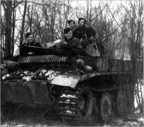 Фотоснимки одного из экипажей танка Pz.Kpfw.II Ausf.L, сделанные предположительно в начале 1945 года. Тактический номер машины (нанесен красной краской)— скорее всего «215». 2-я рота 4-го разведывательного батальона 4-й <a href='https://arsenal-info.ru/b/book/348132256/19' target='_self'>танковой дивизии вермахта</a>.