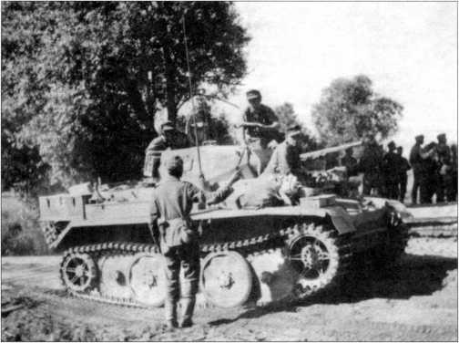 Экипаж легкого танка Pz.Kpfw.II Ausf.L «Лухс» получает боевую задачу. Это обычная машина, без отсекателя и дополнительного бронелиста в передней части корпуса. 4 тд вермахта, лето 1944 года.