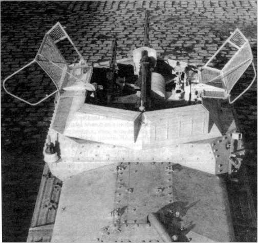 Вид сверху на разведывательный танк Sd.Kfz. 140/1. Хорошо виден антенный ввод и установка вооружения — 20-мм пушка KwK 38 и пулемет MG 42. Сетчатая крыша башни откинута в сторону, на кормовых листах башни закреплены ящики ЗиП. Фирма ВММ. 1944 год.