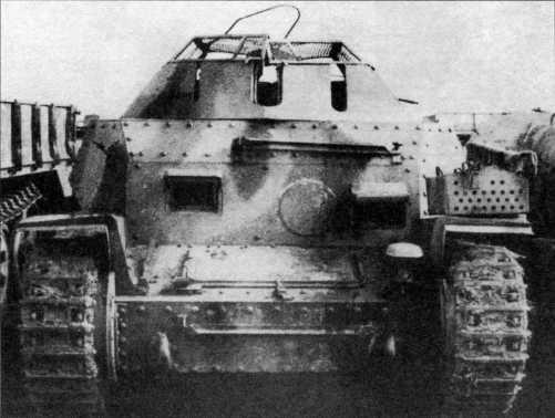Разведывательный танк Sd.Kfz.140/1, захваченный англо- американскими войсками во время боев на Западном фронте. Эта машина имеет камуфляж в виде широких полос-разводов, вооружение отсутствует. Хорошо видно отверстие для курсового пулемета в лобовом листе корпуса, заваренное круглой броневой заглушкой. Лето 1944 года.