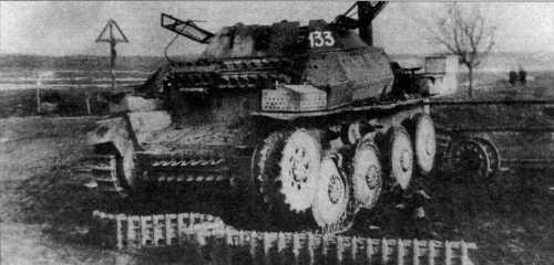Танк разведки Sd.Kfz.140/1, подбитый во время боев у озера Балатон. Хорошо видно крепление запасных гусеничных танков на лобовом и переднем листах корпуса. Венгрия, февраль 1945 года.