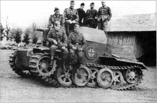 Танк Pz.Kpfw.II Ausf.J (VK 1601) из состава 12-й танковой дивизии вермахта. Скорее всего эта машина использовалась для обучения механиков- водителей. Танк окрашен в серый цвет. Весна 1943 года.
