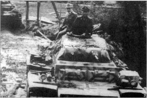 Колонна танков Pz.Kpfw.II Ausf.J движется к месту проведения операции. Машины окрашены желтой краской с зелеными или коричневыми полосами. 13-я полицейская <a href='https://arsenal-info.ru/b/book/1523244298/21' target='_self'>танковая рота</a>, весна 1944 года.