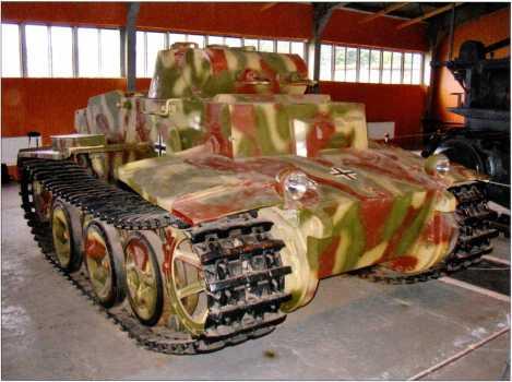 Танк поддержки пехоты Pz.Kpfw.I Ausf.F. Виды на переднюю часть боевой машины. Фары не являются оригинальными, вооружение из двух пулеметов MG 34 также заменено имитацией. Окраска и символика танка копируют фотографии из отчета НИИБТ после испытаний машины на полигоне в Кубинке. Интересно, что трофеем Красной Армии стала машина из 3-й танковой дивизии вермахта, хотя немецкие источники упоминают о передаче таких танков в 1-ю и 12-ю танковые дивизии.