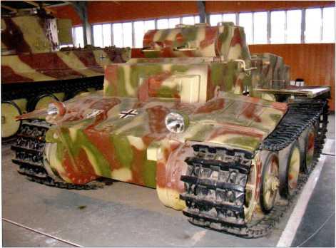 Окраска танка поддержки пехоты Pz.Kpfw.II Ausf.F имеет трехцветный камуфляж и стилизована под окраску аналогичной машины, захваченной советскими войсками, вероятно, в 1944 году, а затем испытывавшейся на НИИБТполигоне в 1945 году. Всего согласно архивным данным Красной Армии удалось захватить три танка этого типа.