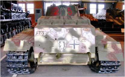 Танк поддержки пехоты Pz.Kpfw.l Ausf.F. Вид сзади. Четко различима эмблема 3 тд вермахта, нарисованная в соответствии с фотографиями боевой машины, а также опознавательный знак — «балочный крест». Остальные надписи — попытка нанести инвентарный номер на музейный экспонат.