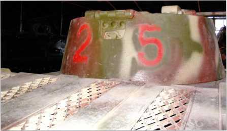 Фотоснимок тыльной стороны башни танка Pz.Kpfw.I Ausf.F. Тактический номер «25» красного цвета нанесен по образу и подобию снимков трофейной машины, испытывавшейся на НИИБТполигоне.