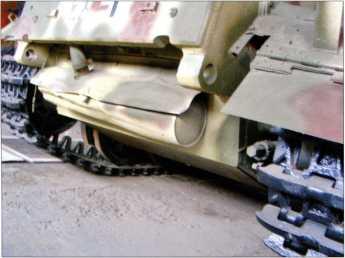 Фотоснимок задней части корпуса Pz.Kpfw.I Ausf.F. Хорошо видна конструкция глушителя танка.